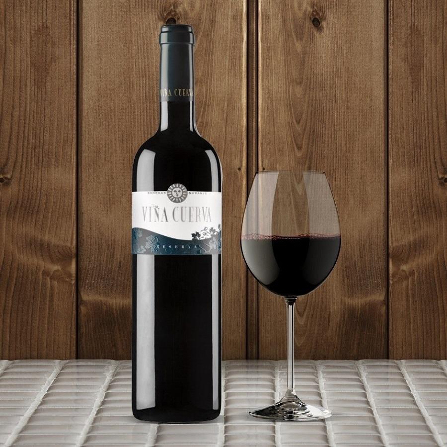 Viña Cuerva Reserva y copa de vino