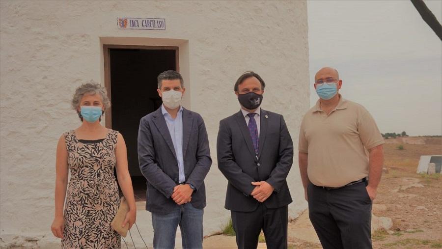 Representantes del Consejo Regulador junto al primer edil y concejala de Turismo de Campo de Criptana