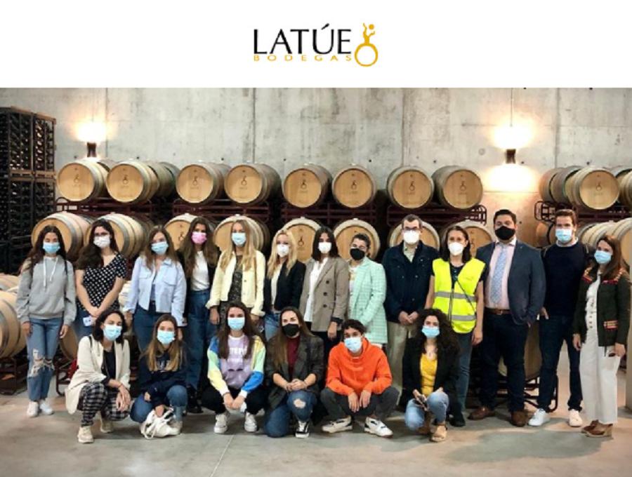 Alumnos del VII Curso de Verano 'Vino y Comunicación' visitan Bodegas Latúe