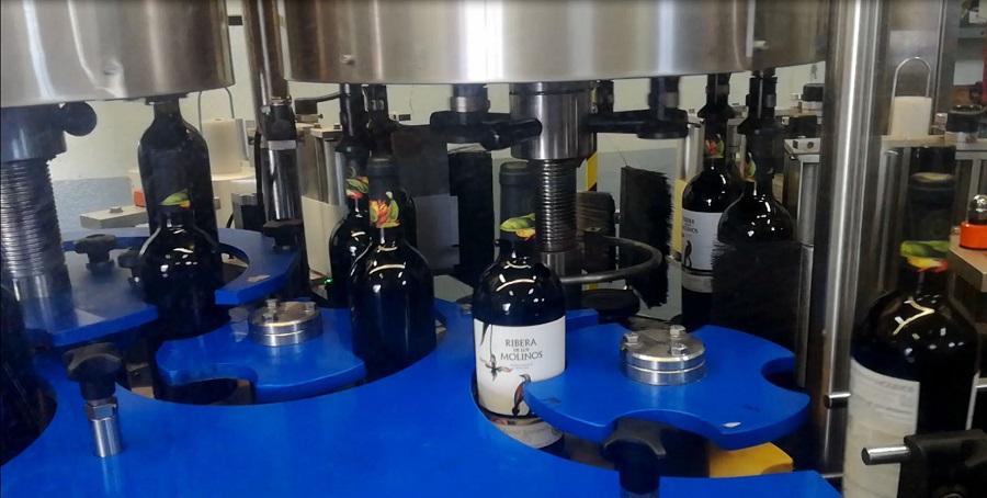 Etiquetadora vinos Finca La Blanca, bajo la calidad de la D.O. La Mancha