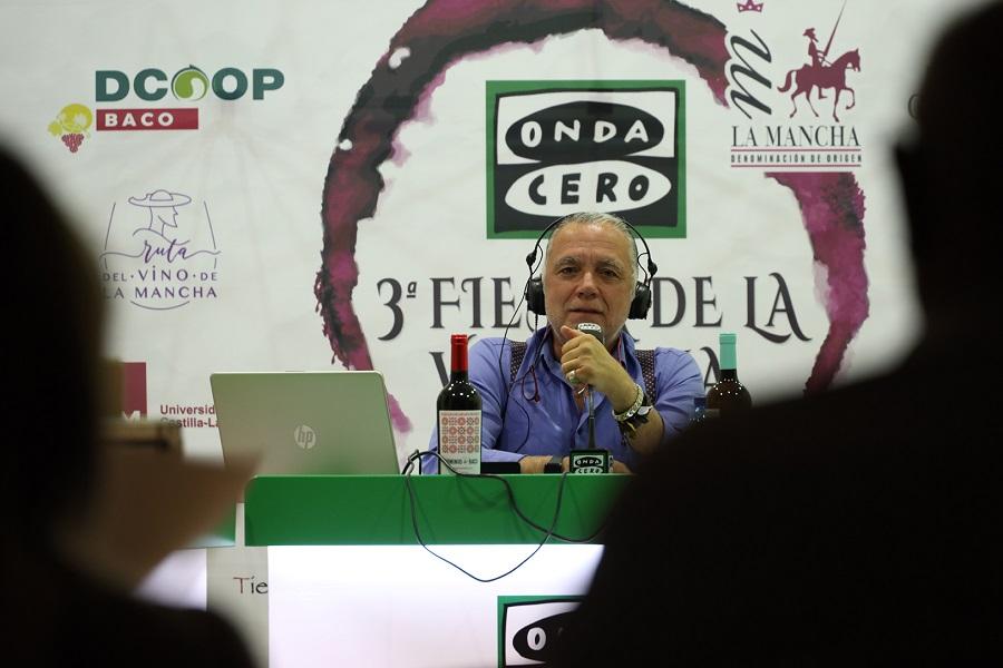 Juan Ramón Lucas y su equipo de La Brújula, desde la sede de DCOOP Baco